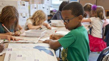 Niños en un salón de clases