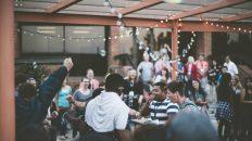 Personas sentadas en una fiesta