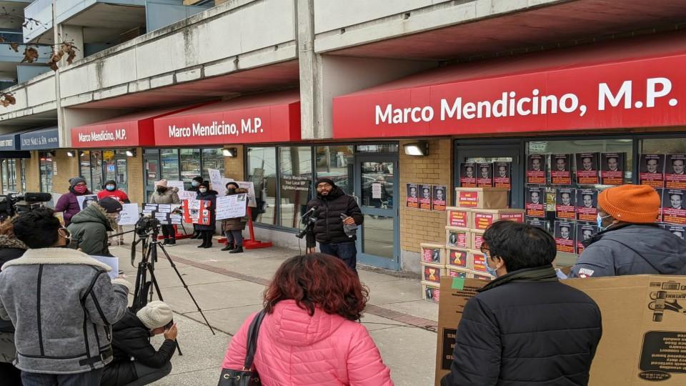 Miles de estudiantes internacionales en Canadá piden que sus permisos de trabajo sean renovados