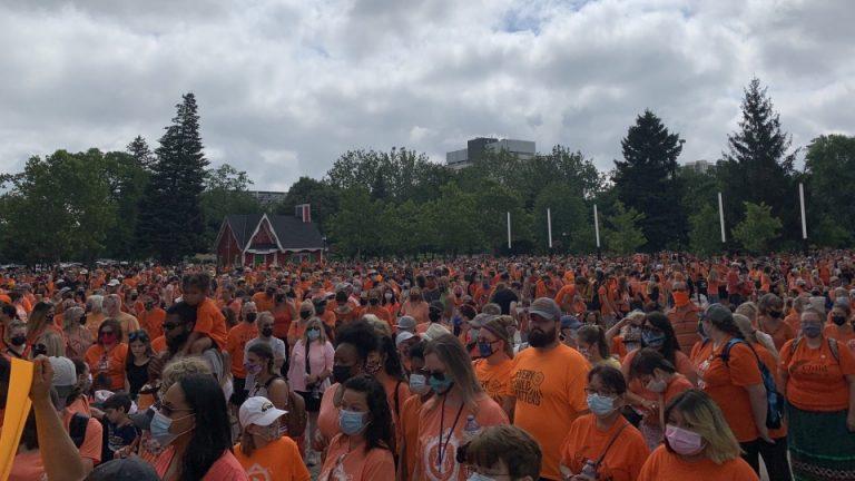 color naranja indígenas Canadá